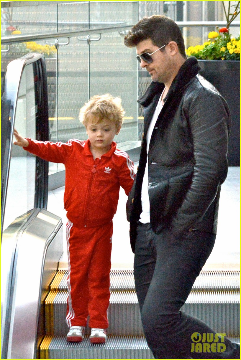 robin thicke is a doting dad spends day with julian 023051445