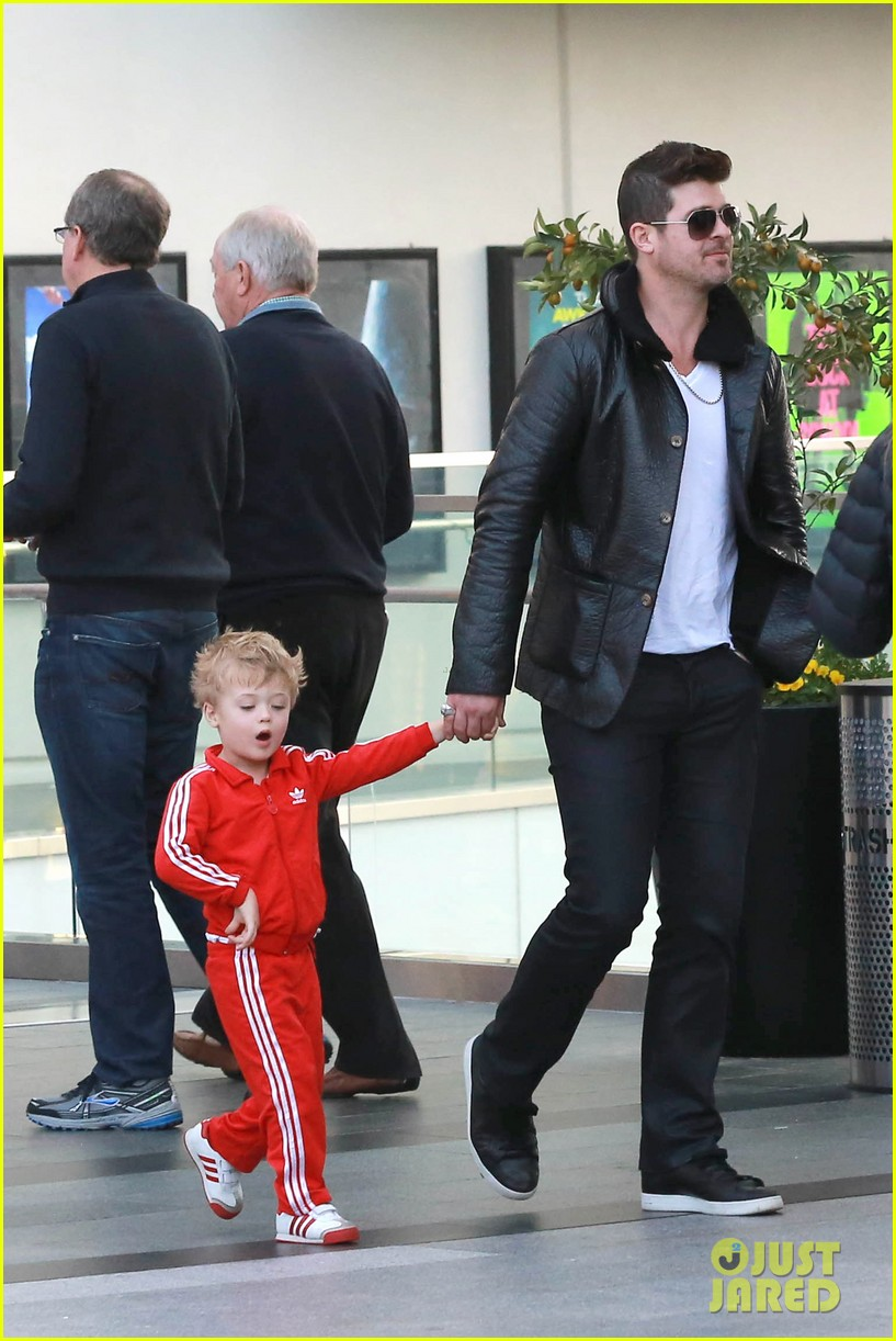 robin thicke is a doting dad spends day with julian 053051448
