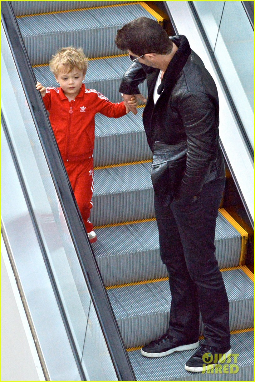 robin thicke is a doting dad spends day with julian 103051453