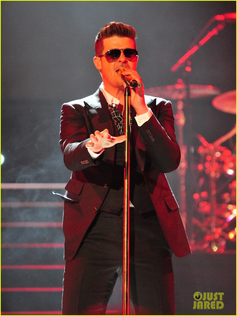 robin thicke dedicates lost without u to paula patton at washington concert 023062253
