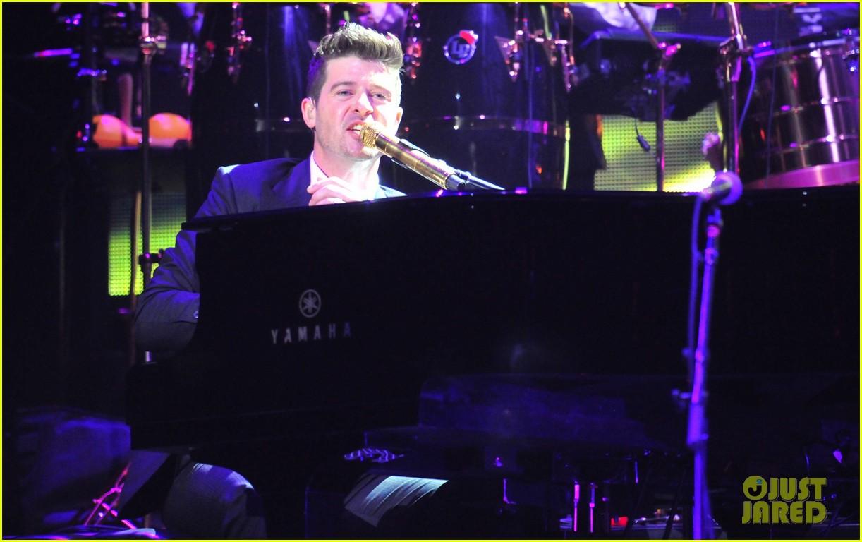 robin thicke dedicates lost without u to paula patton at washington concert 033062254