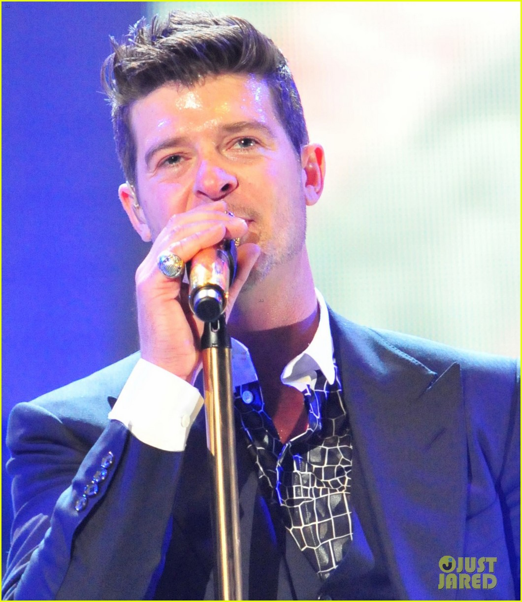 robin thicke dedicates lost without u to paula patton at washington concert 04
