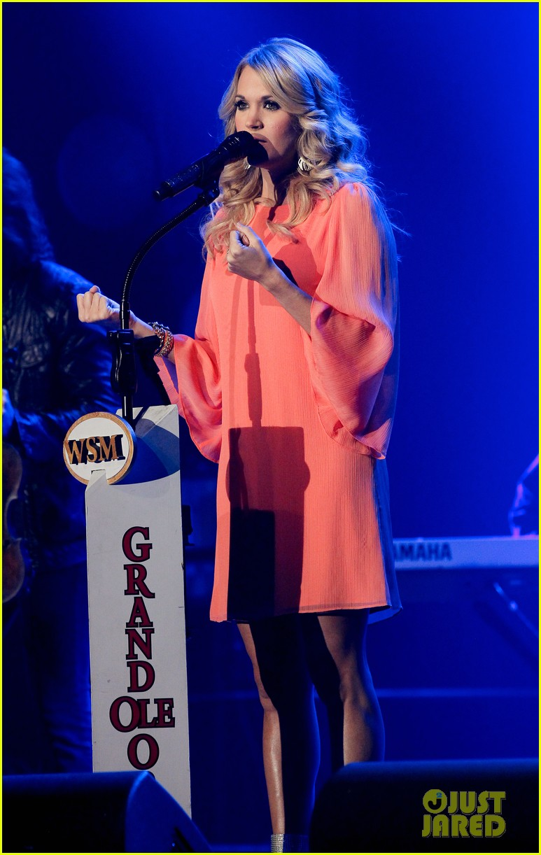 carrie underwood receives artist humanitarian award at crs 013056972