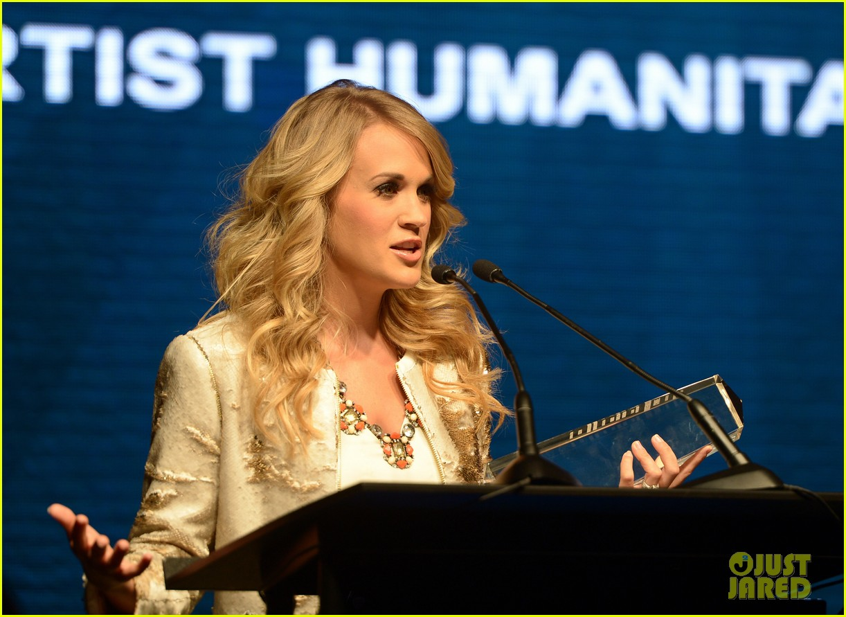 carrie underwood receives artist humanitarian award at crs 023056973