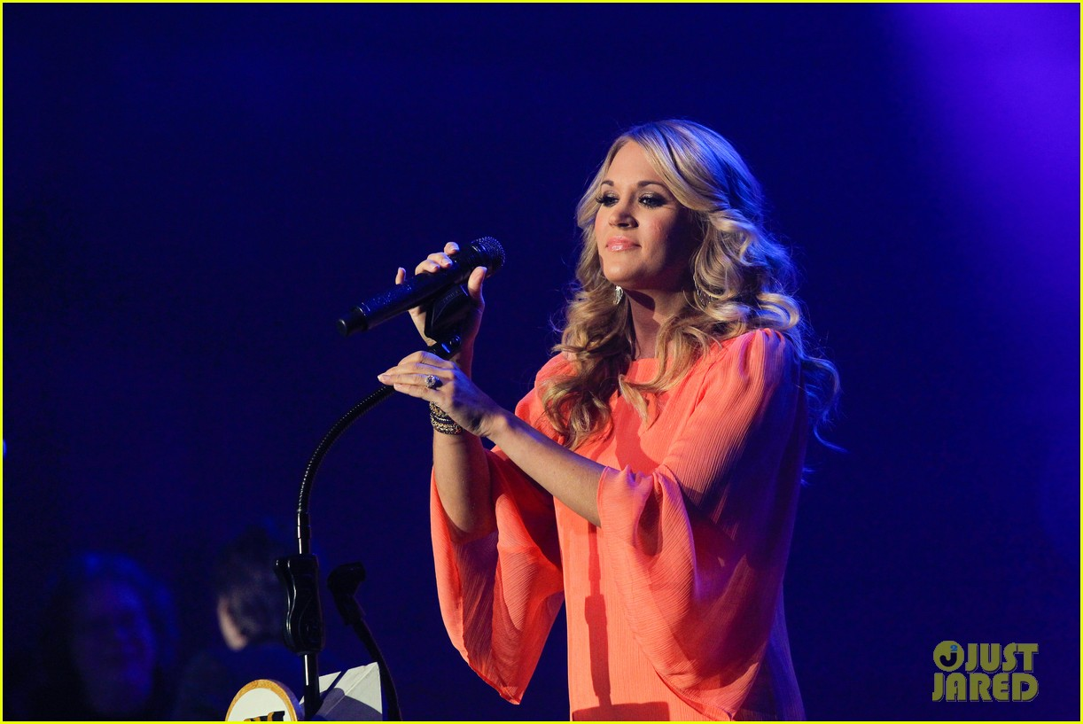 carrie underwood receives artist humanitarian award at crs 033056974