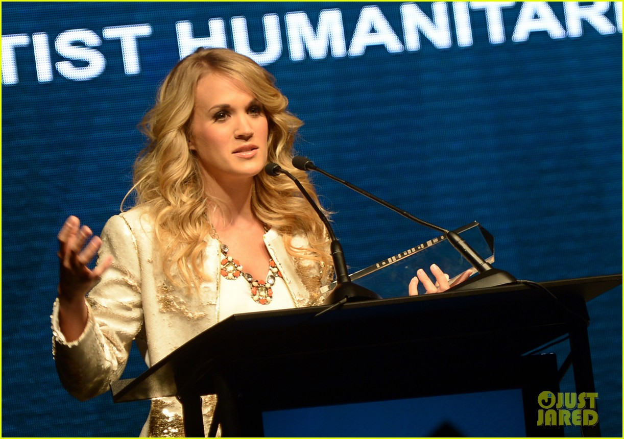 carrie underwood receives artist humanitarian award at crs 053056976
