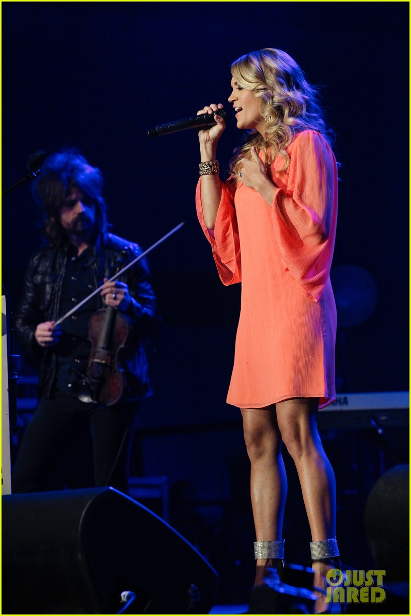 carrie underwood receives artist humanitarian award at crs 063056977