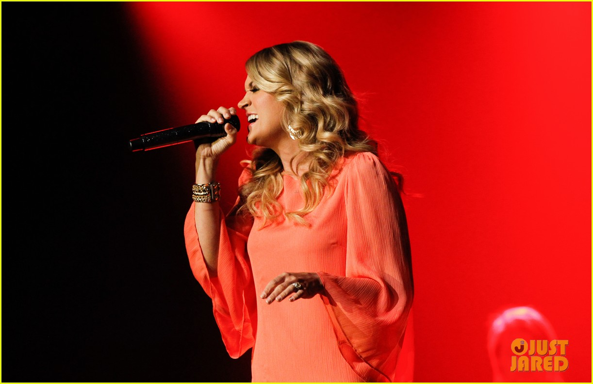 carrie underwood receives artist humanitarian award at crs 09