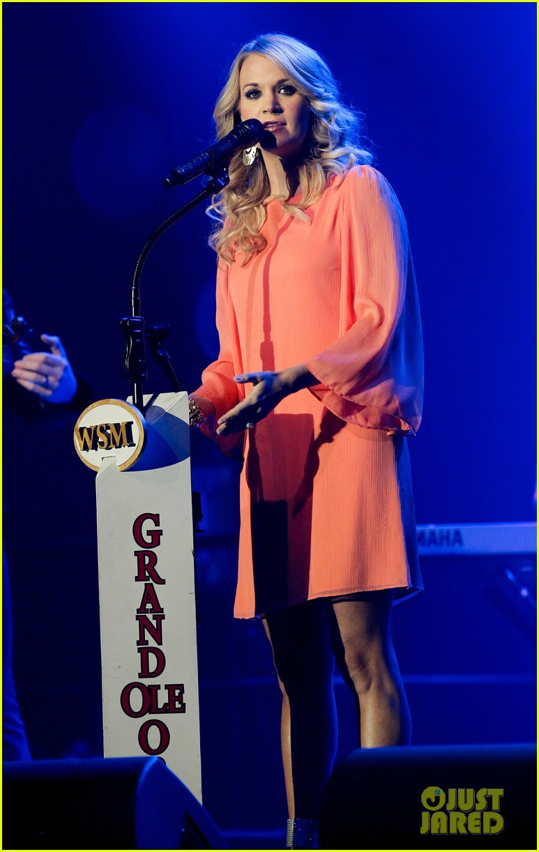 carrie underwood receives artist humanitarian award at crs 10