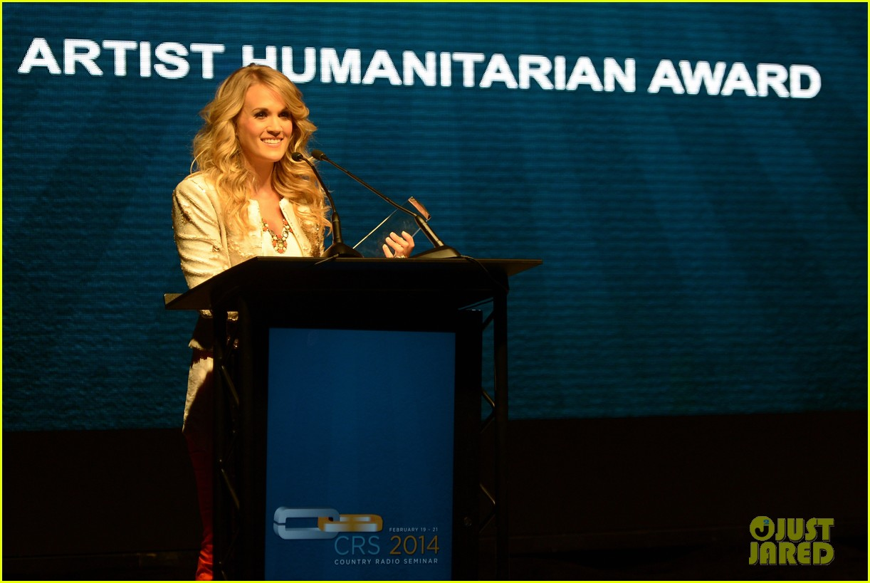carrie underwood receives artist humanitarian award at crs 11