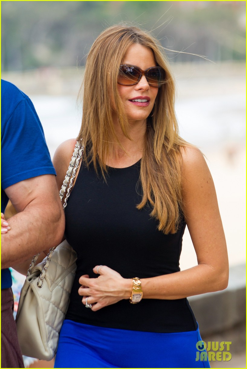 sofia vergara modern family cast hang in sydney to film holiday episode 38