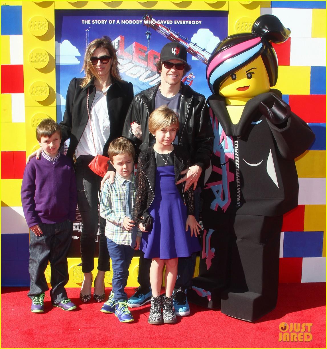 mark wahlberg busy philipps lego movie premiere 013045750