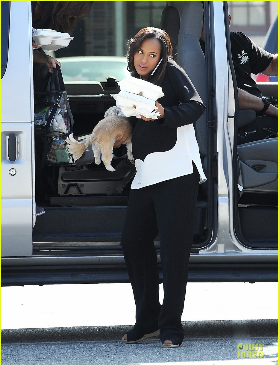 kerry washington pregnant multitasker on scandal set 033059942