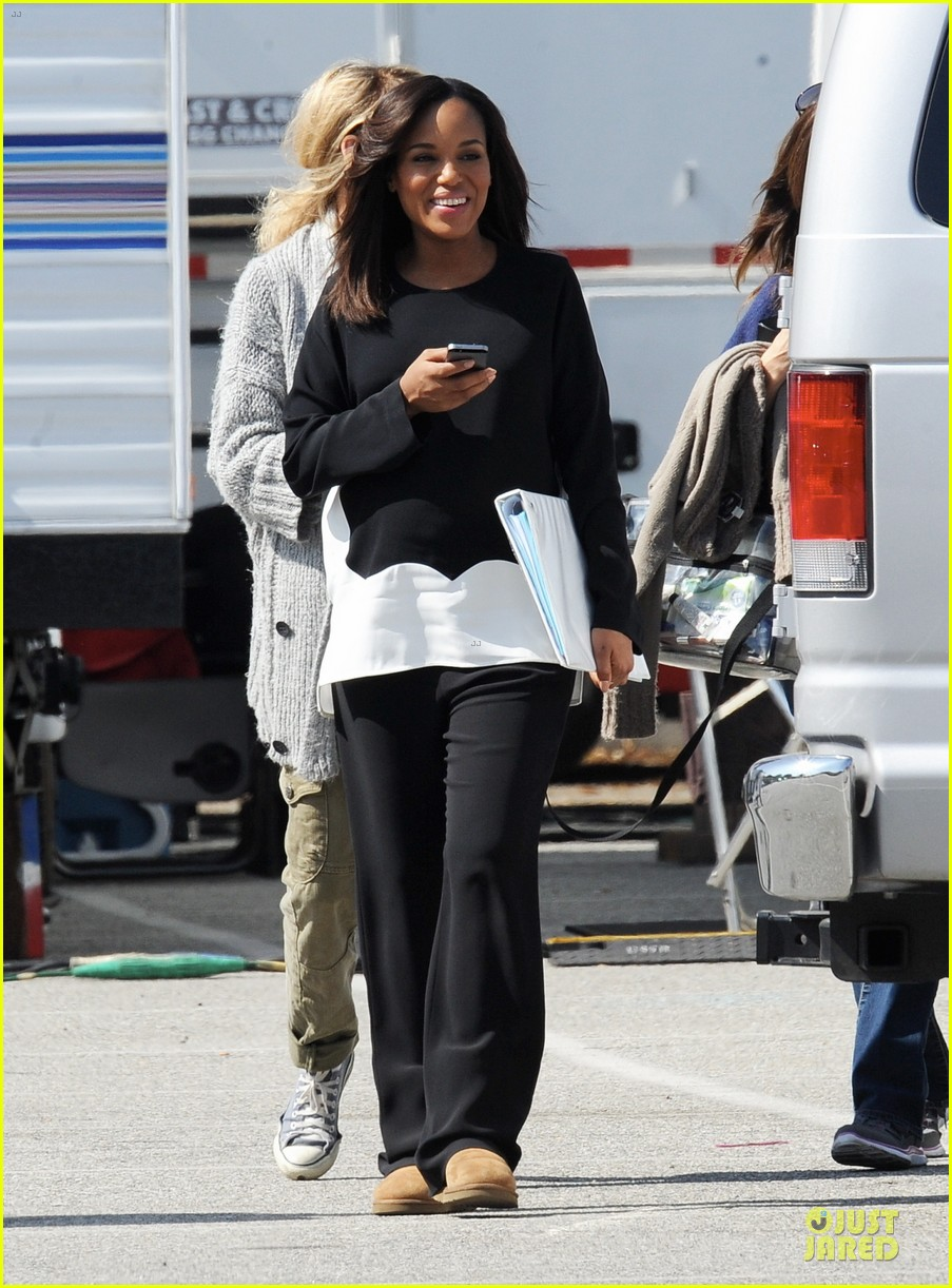 kerry washington pregnant multitasker on scandal set 063059945