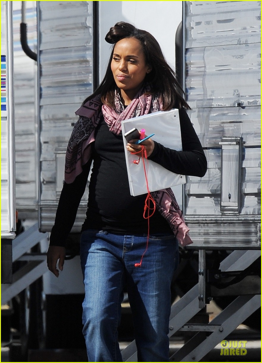 kerry washington pregnant multitasker on scandal set 083059947