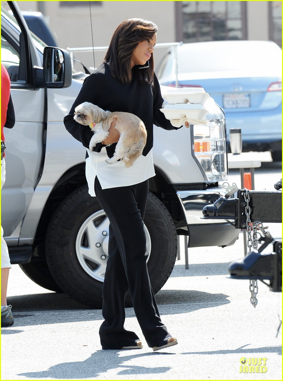 kerry washington pregnant multitasker on scandal set 143059953