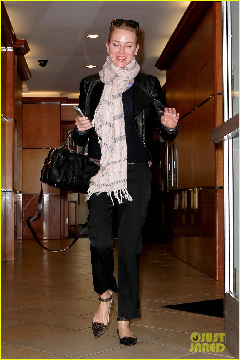 naomi watts gets all pampered for oscars sunday 103062437