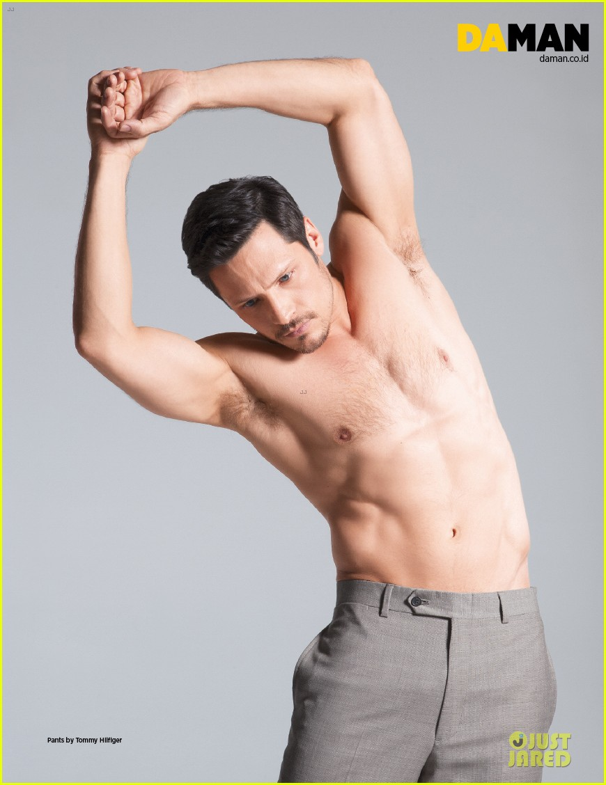 nick wechsler flashes shirtless abs for da man magazine 023047293