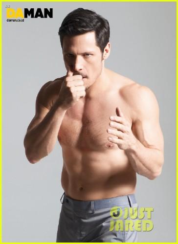 nick wechsler flashes shirtless abs for da man magazine 043047295