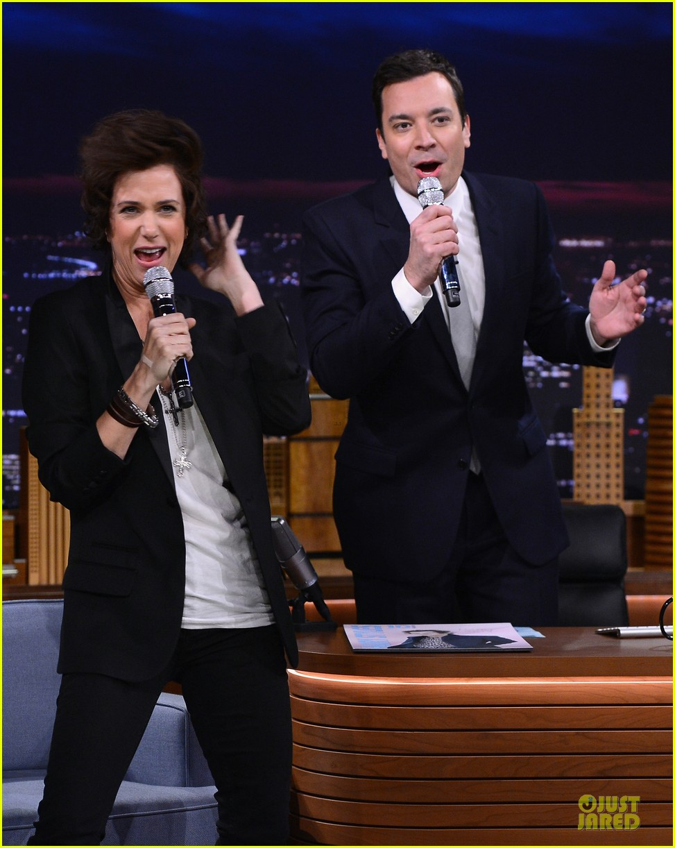 kristen wiig channels harry styles on tonight show with jimmy fallon 043056005