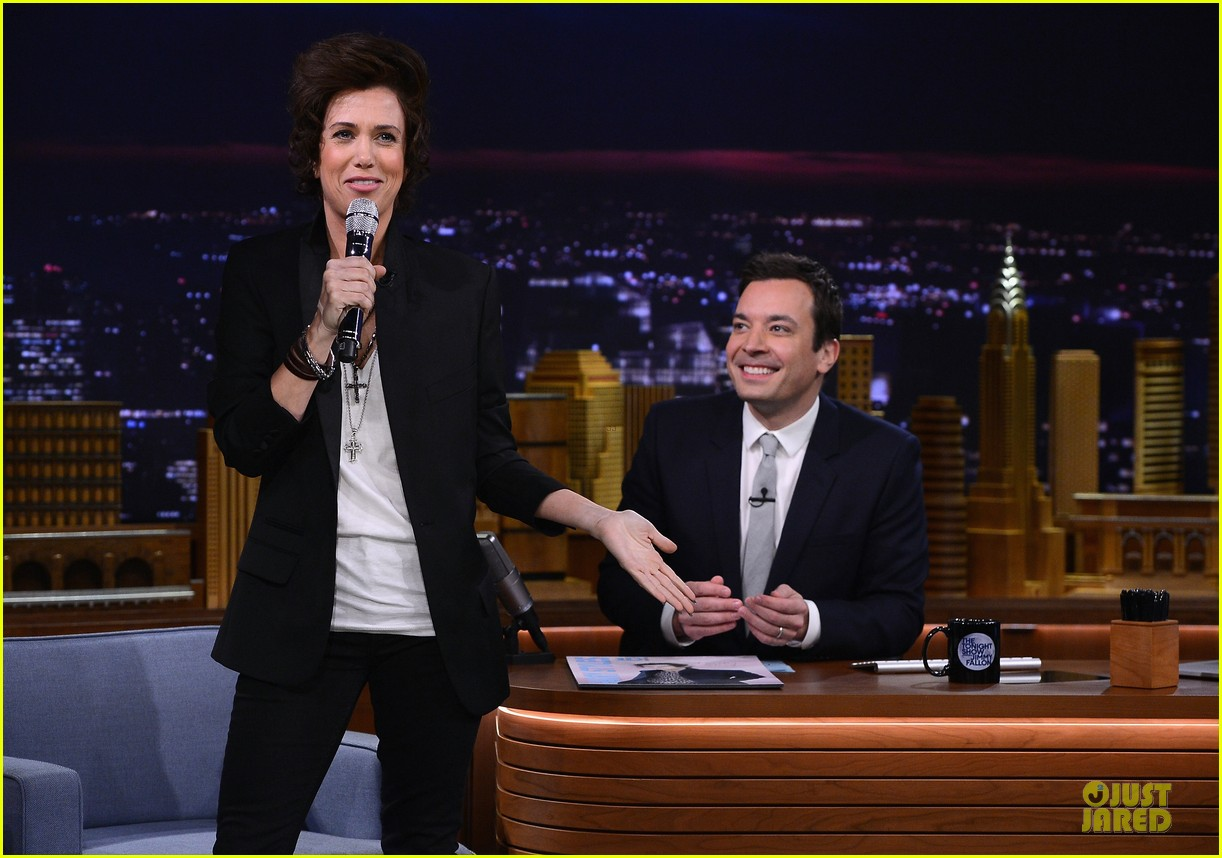 kristen wiig channels harry styles on tonight show with jimmy fallon 063056007