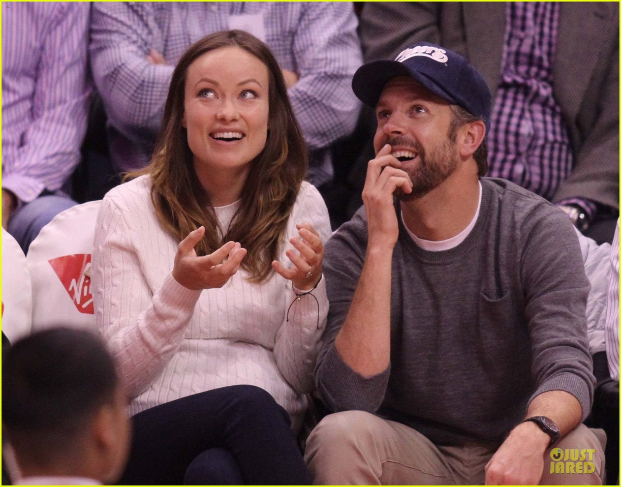 olivia wilde jason sudeikis passionately kiss at clippers game 02