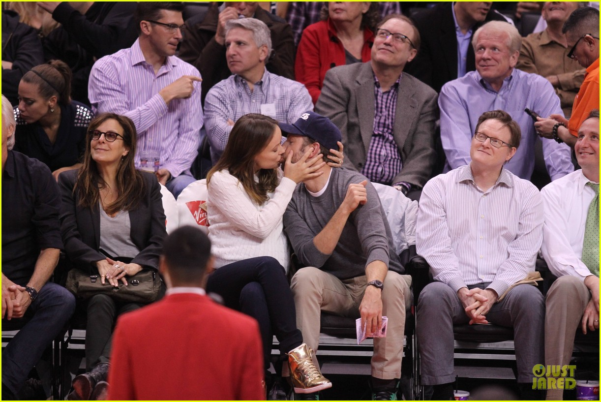 olivia wilde jason sudeikis passionately kiss at clippers game 033056095