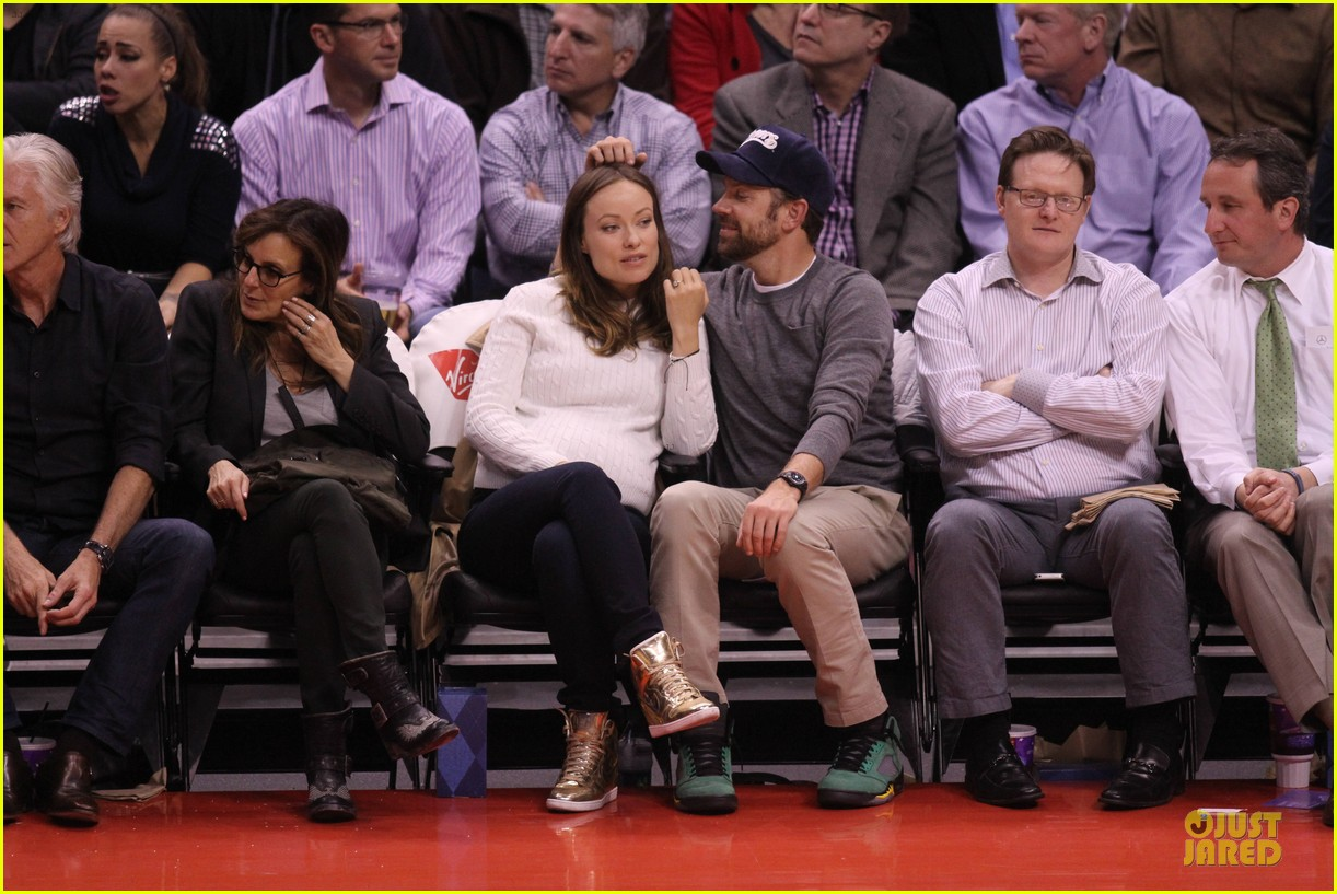 olivia wilde jason sudeikis passionately kiss at clippers game 203056112