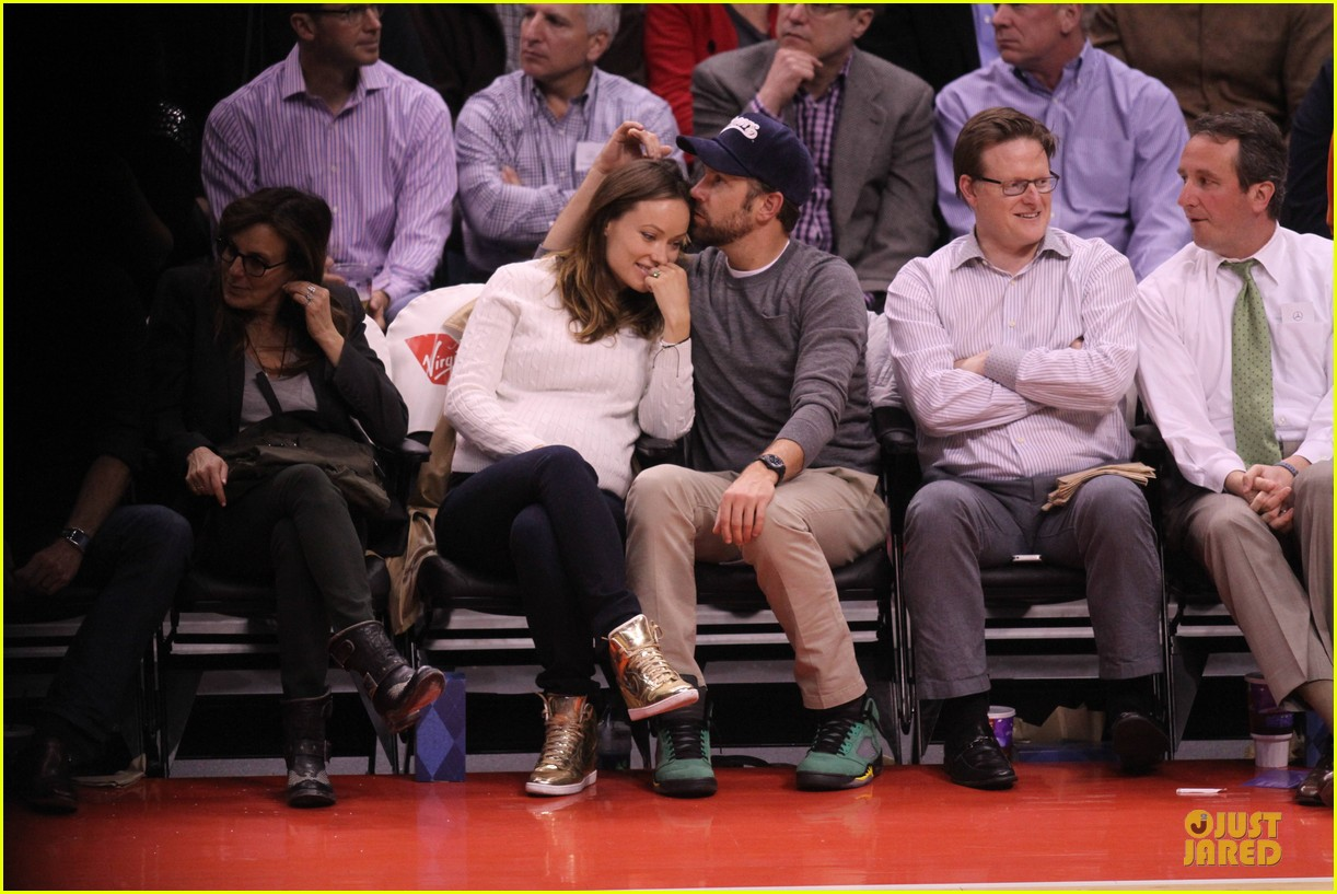 olivia wilde jason sudeikis passionately kiss at clippers game 213056113