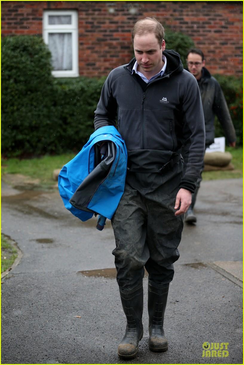 prince william prince harry help defend against uk floods 063054042
