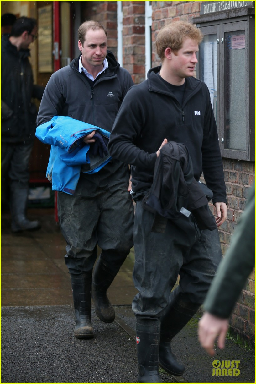 prince william prince harry help defend against uk floods 073054043