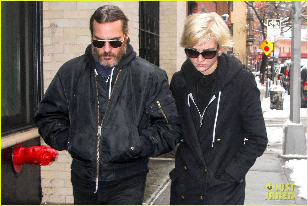 michelle williams visits mimi odonnells apartment 04