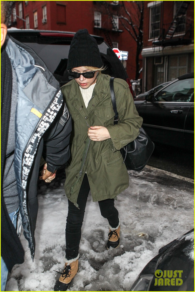 michelle williams visits mimi odonnells apartment 143048106