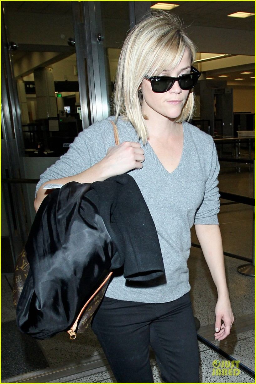 reese witherspoon fierce wild errands following lax landing 07