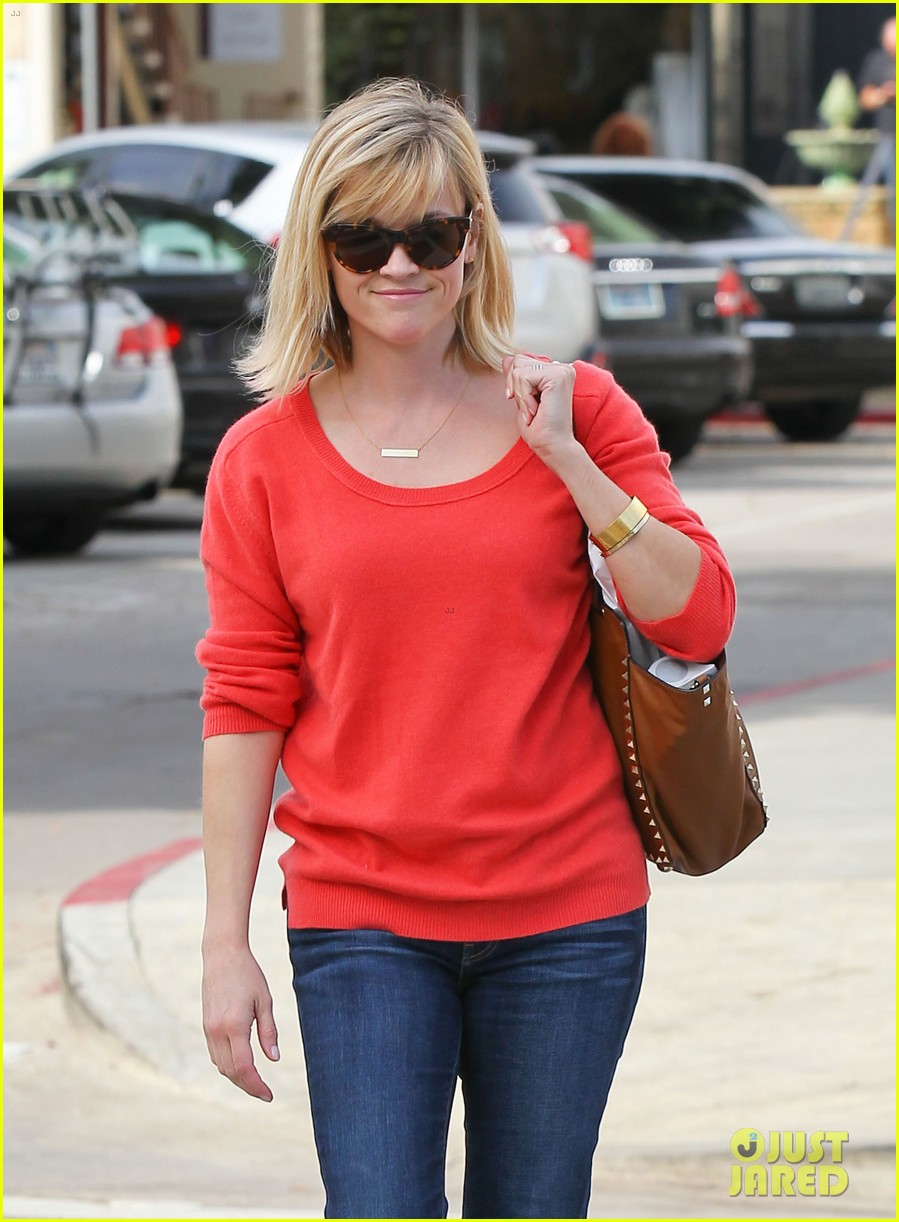reese witherspoon lunches at le pain quotidien 01