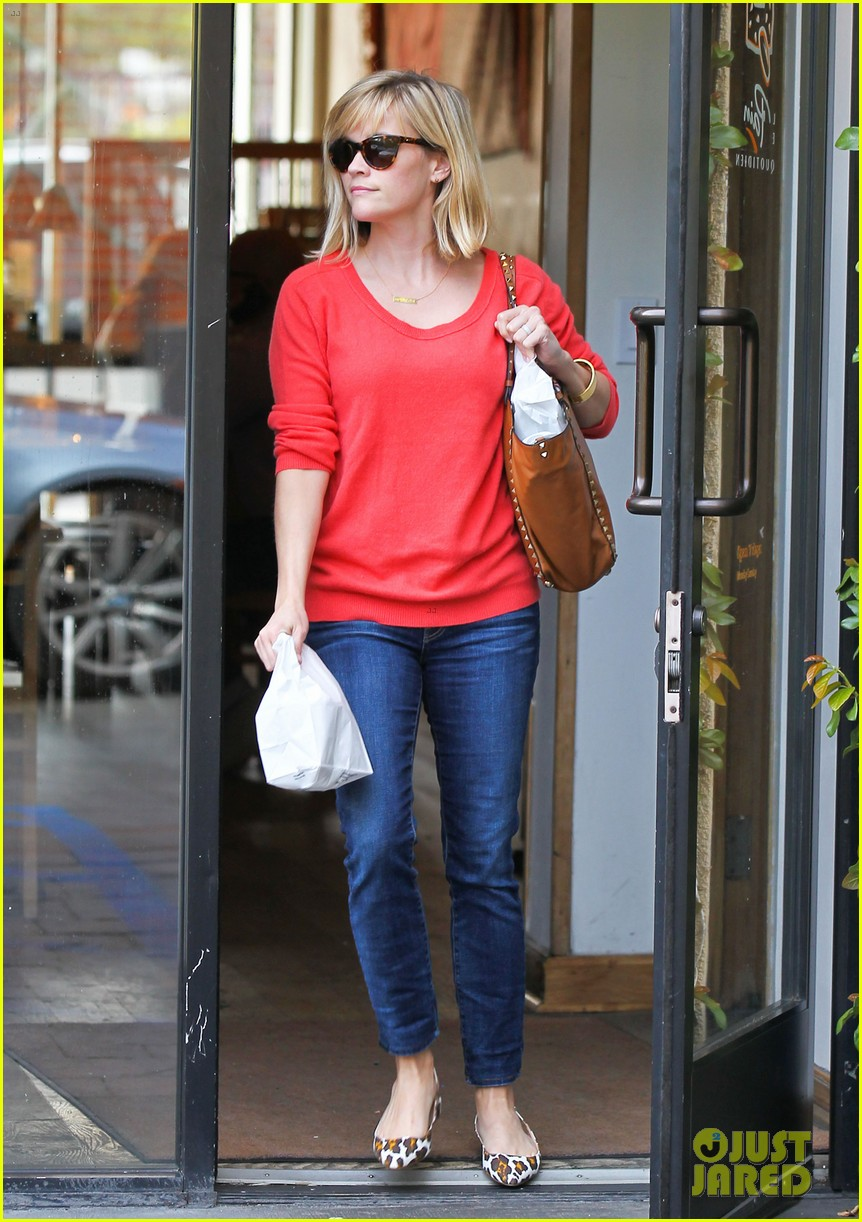 reese witherspoon lunches at le pain quotidien 02