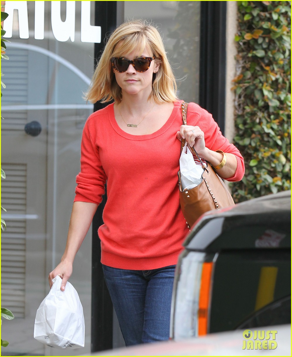 reese witherspoon lunches at le pain quotidien 033062234