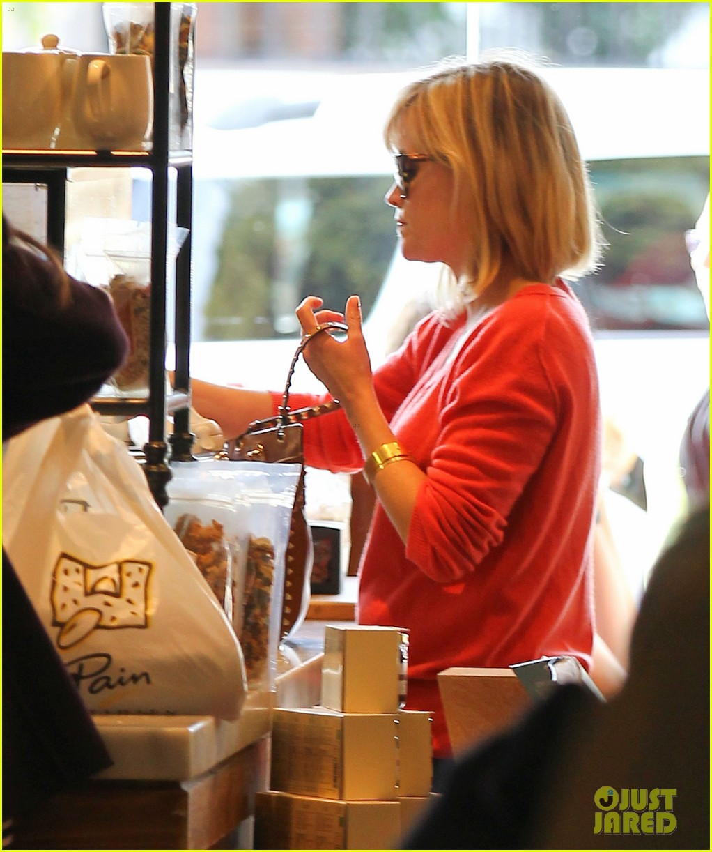 reese witherspoon lunches at le pain quotidien 073062238