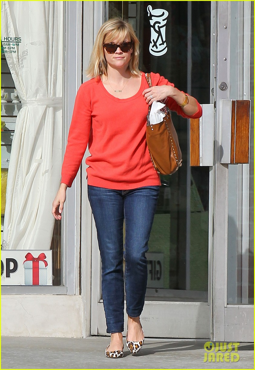 reese witherspoon lunches at le pain quotidien 083062239