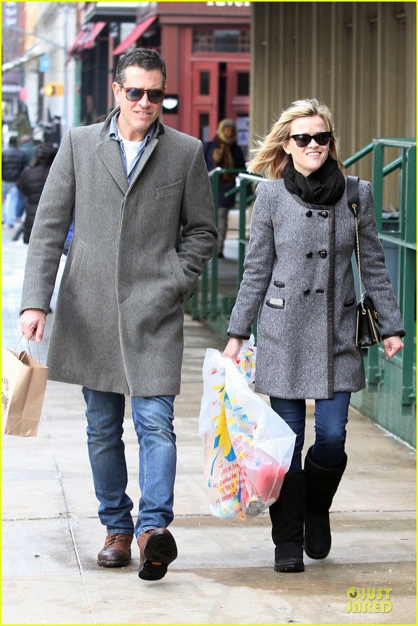 reese witherspoon jim toth matching couple on valentines day 01