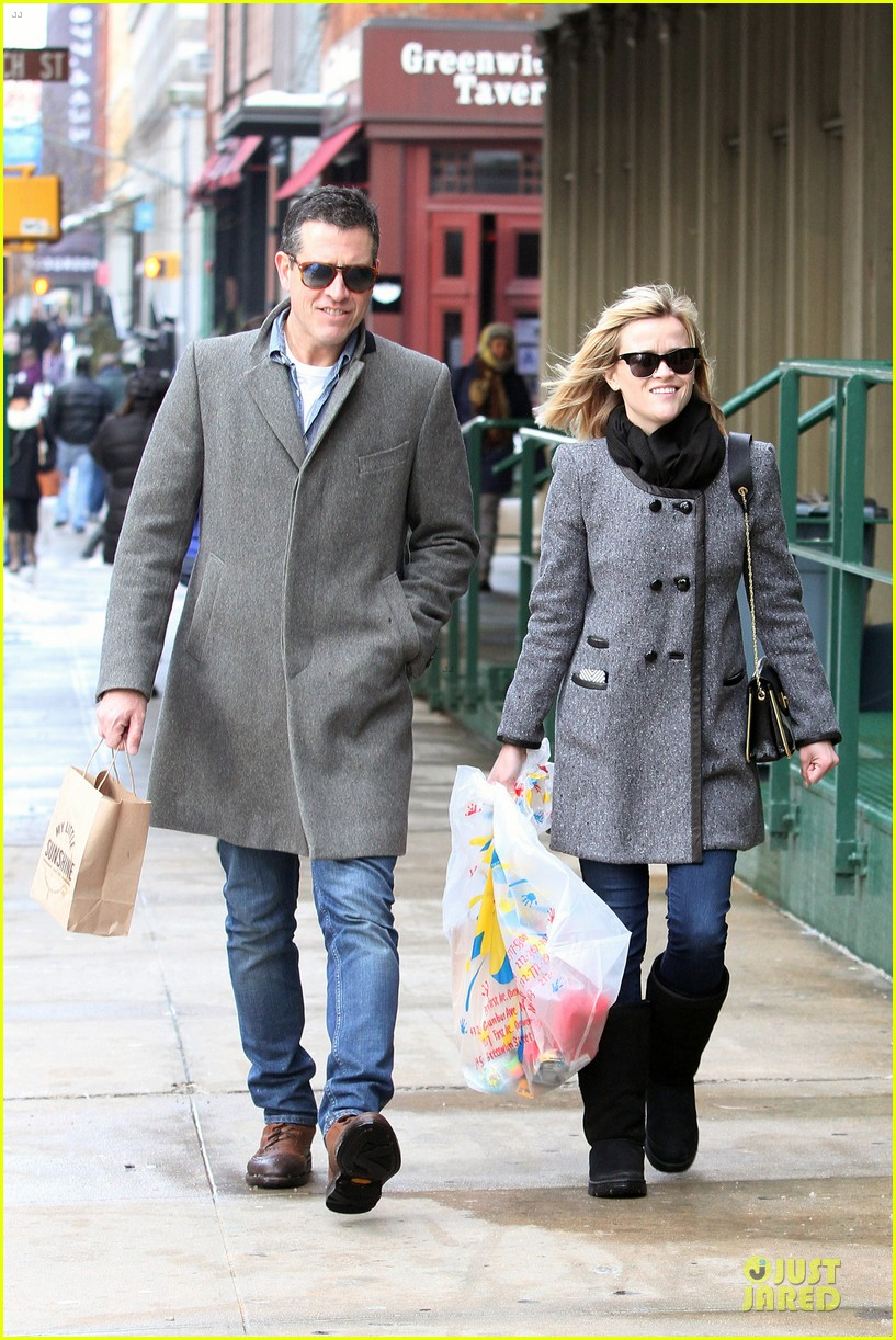 reese witherspoon jim toth matching couple on valentines day 06