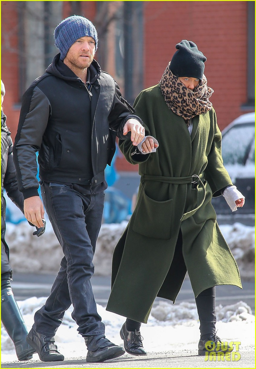 sam worthington strolls big apple with bundled up lara bingle 01