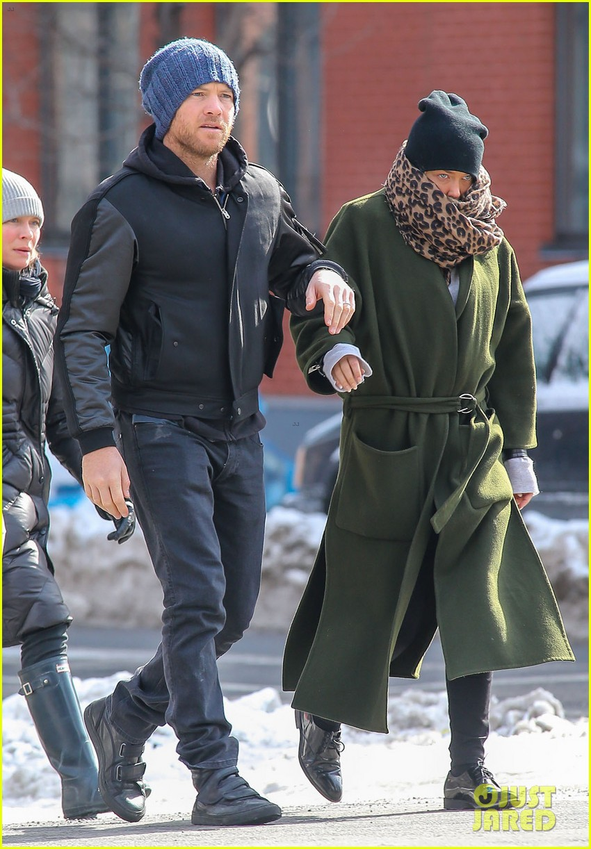 sam worthington strolls big apple with bundled up lara bingle 053054906