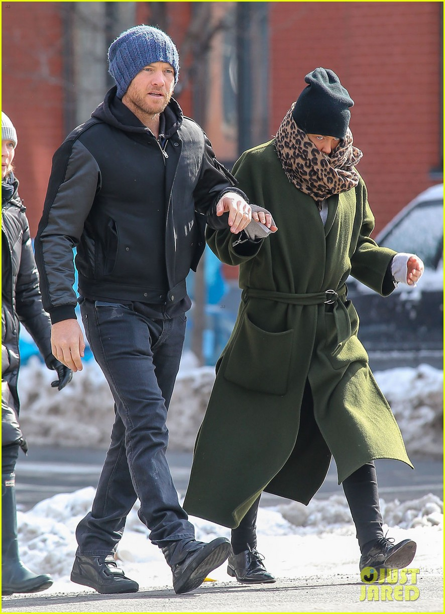 sam worthington strolls big apple with bundled up lara bingle 073054908