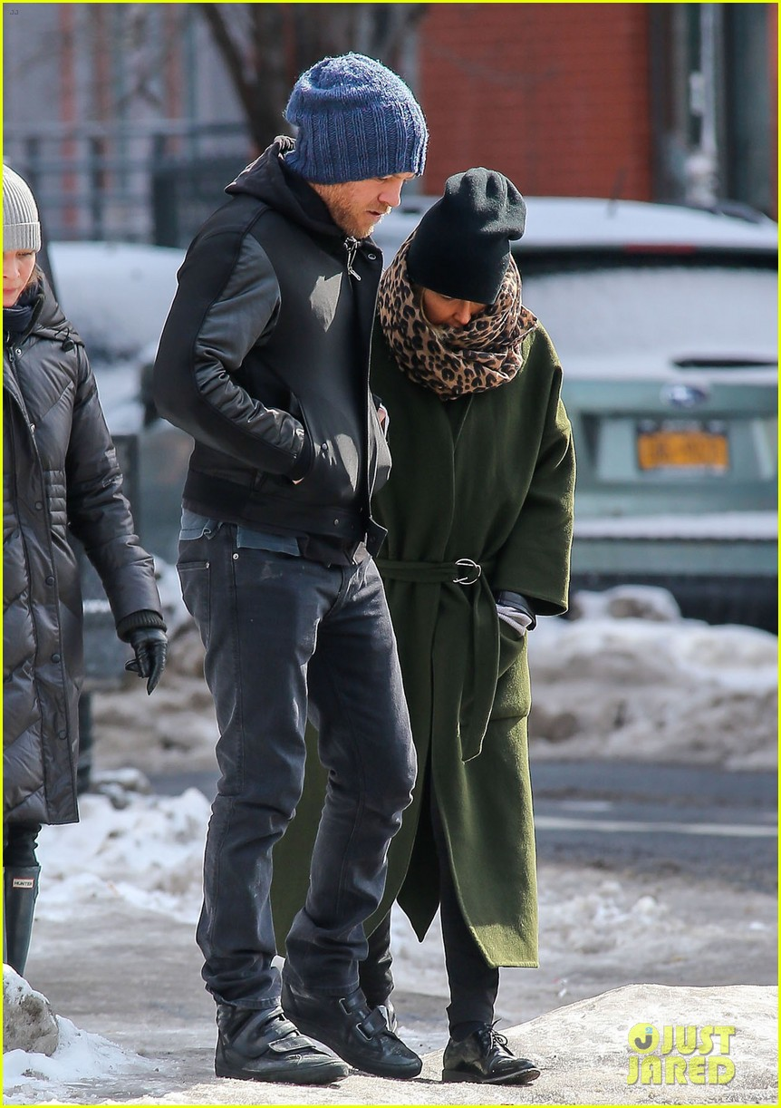 sam worthington strolls big apple with bundled up lara bingle 103054911