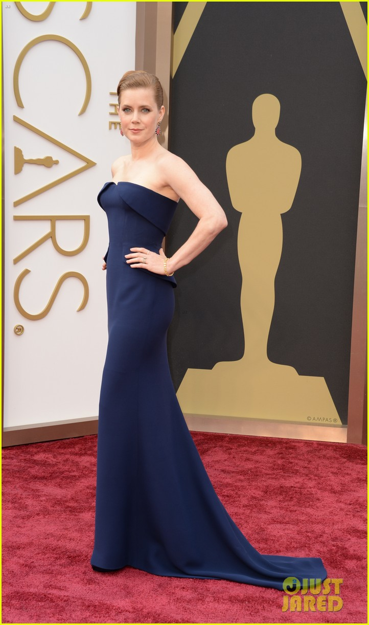 amy adams oscars 2014 red carpet with darren le gallo 013063768