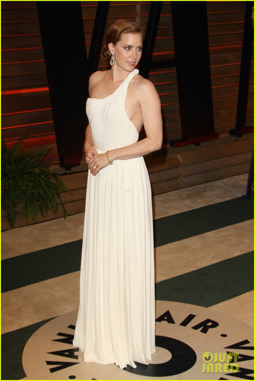 amy adams is white hot in new dress at oscars party 2014 053064654