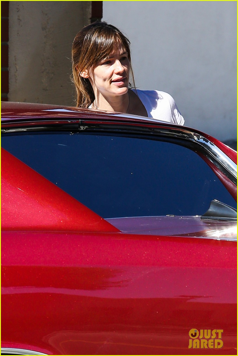 ben affleck picks up makeup free jennifer garner at the spa 02