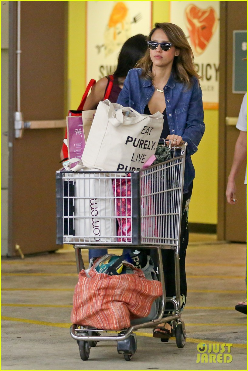 jessica alba stocks up on fresh produce at whole foods 023069186