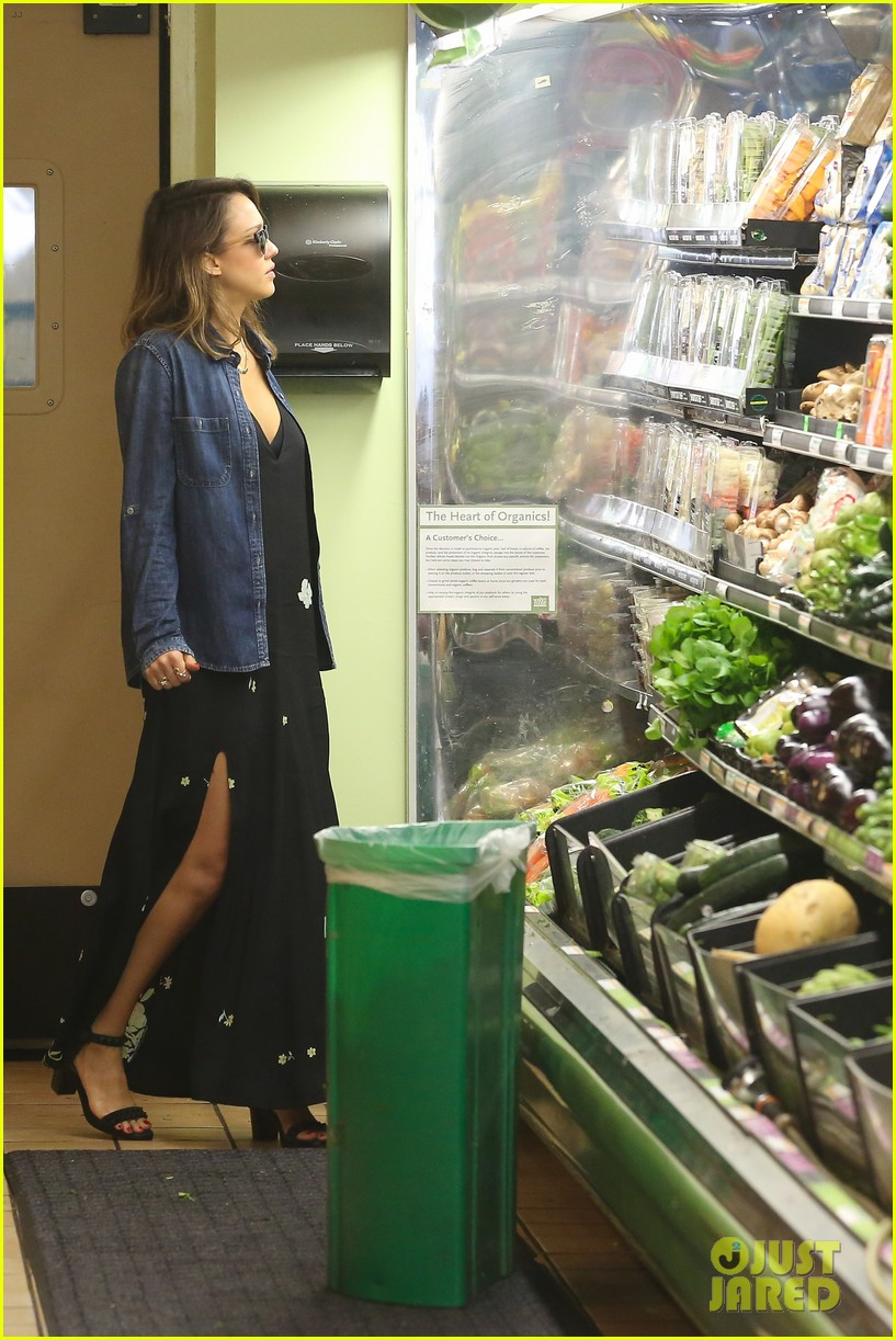 jessica alba stocks up on fresh produce at whole foods 05